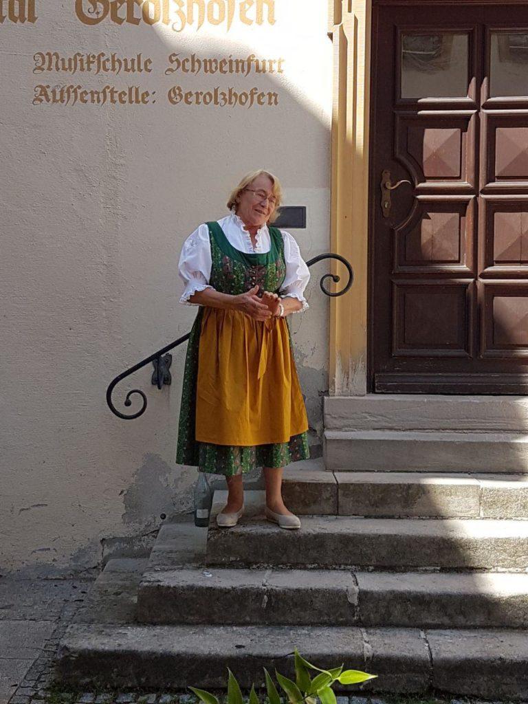 """Irmgard Fröhling stellte eines der Multifunktionswörter der Franken vor: das """"Öbbes""""."""