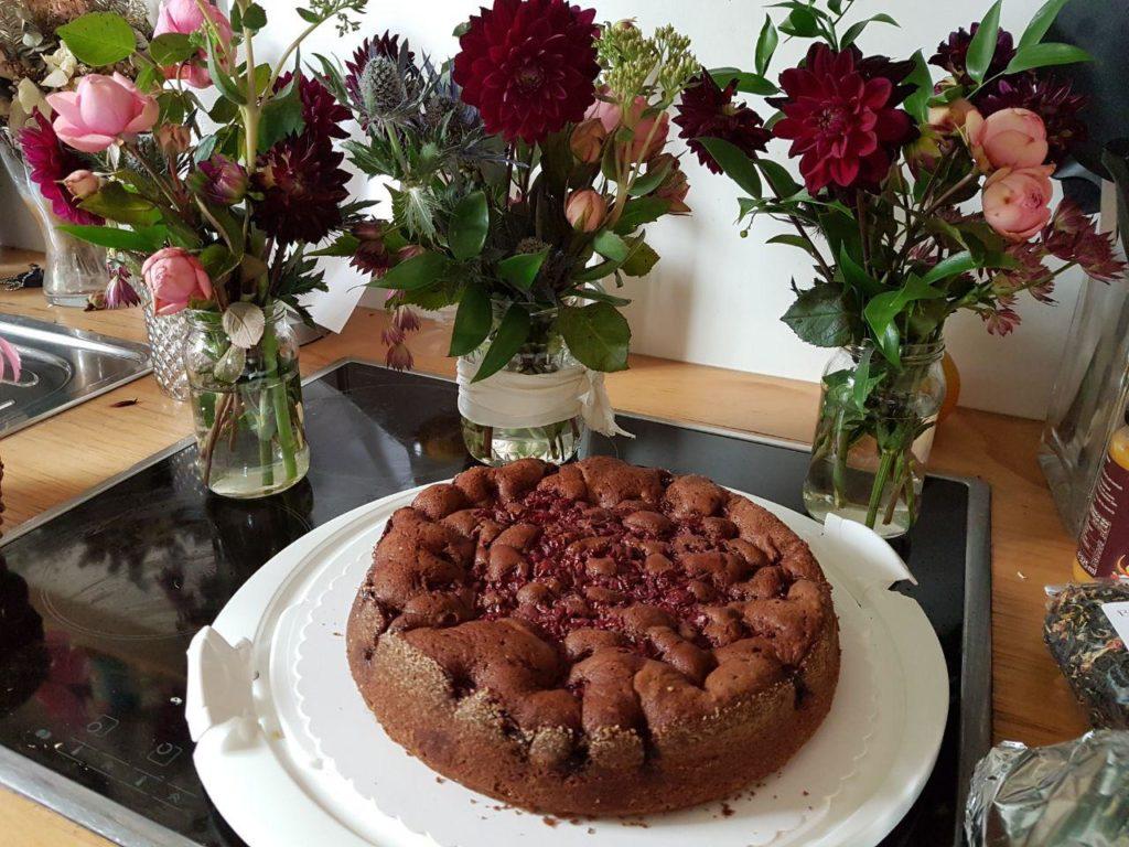 Letzte Vorbereitungen daheim - Schoko-Kirsch-Kuchen und Blumendeko